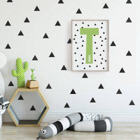 art print emoldurada com inicial e triangulos para decor infantil